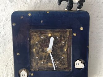 陶の壁掛け時計(小)「バクの旅する夜」の画像