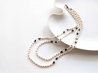 オフホワイトの2連ネックレスの画像