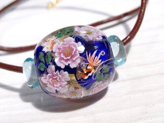牡丹・ニワゼキショウと金魚のとんぼ玉(ガラス玉)金箔入りの画像
