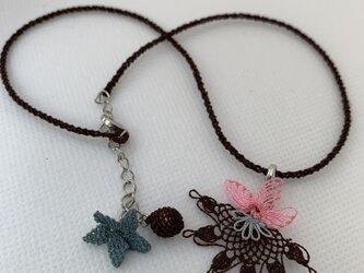 縫い針で編むレース 茶色とピンクのネックレスの画像