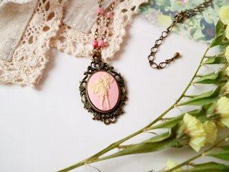 【訳あり】カメオのネックレス 花を持つ妖精(ピンク)の画像