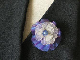 シルバーのお花のブローチ(パープルオーガンジーリボン付)の画像