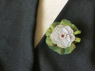 シルバーのお花のブローチ(オリーブ色オーガンジーリボン付)Fの画像