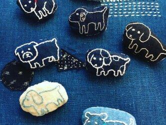 藍染に犬の刺繍ブローチの画像