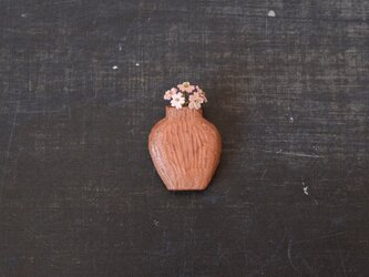 壺ブローチ(小)+サクラソウの画像