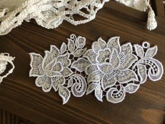 送料込・白いバラ柄モチーフレース・スパンコール付きの画像