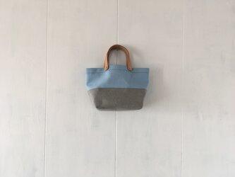 アクアブルーと薄灰色の小さな鞄の画像