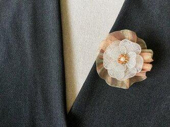 シルバーのお花のブローチ(オレンジ色オーガンジーリボン付)の画像