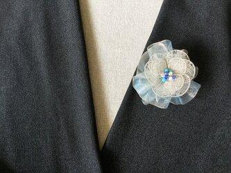 シルバーのお花のブローチ(ブルー・オーガンジーリボン付)の画像