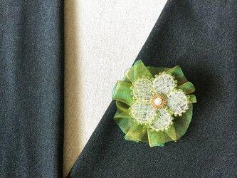 シルバーのお花のブローチ(ビーズ・オーガンジーリボン付)の画像