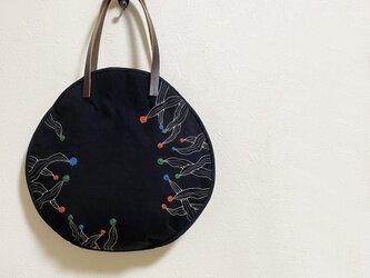ユニークな刺しゅう模様の黒いまるかばんの画像