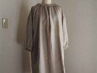 リネン衿と袖口ゴムのワンピースの画像
