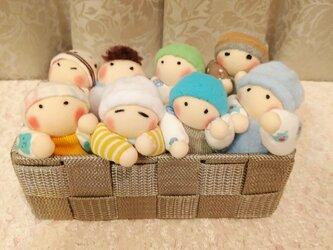 男の子赤ちゃん人形8個(容器付き)送料無料の画像