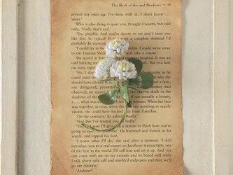 〈染め花〉シロツメクサのコサージュの画像