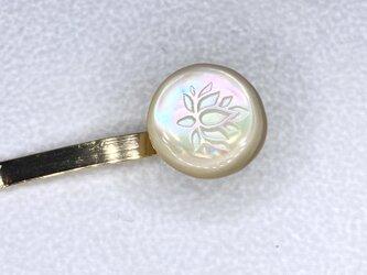 夜光貝から作った 蓮の花彫り ポニーフックの画像