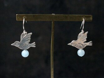 鳥とアクアマリンのピアスの画像