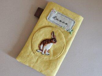 ふんわりスマホケース ミモザカラー うさぎ お花 刺繍 イヤホン入れポケット付きの画像