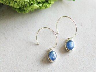 藍色カイヤナイトの天然石ピアスの画像