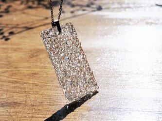 無色透明ガラスのネックレス -「 灯りのたね 」● 50x30 (mm)・光沢の画像
