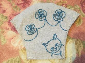 猫とお花の刺繍マスクケース(ベージュ)の画像