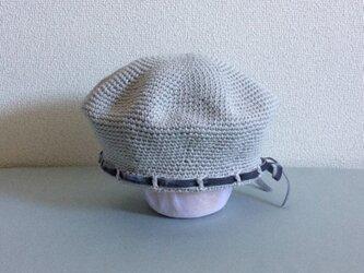 【受注制作】コットンリネンで編んだおとなしめベルベットリボンのベレー帽 淡いグレー系の画像