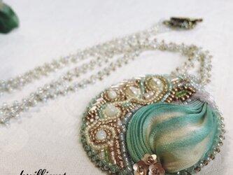 ビーズ刺繍 ネックレス ミントグリーン&アイボリー シルク絞りリボンの画像