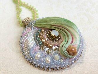 ビーズ刺繍 ネックレス グリーン&薄いピンク シルク絞りリボンの画像