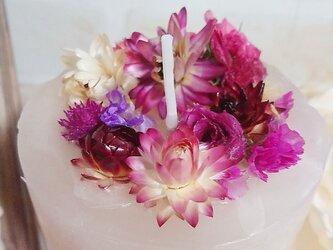 赤バラと貝細工の華々しキャンドルの画像