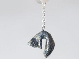 風船と旅する脱力猫ピアス イヤリング(パール)片耳の画像