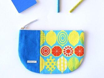 一点もの!デザイナーズ生地で作ったレモン柄の半月型ポーチ・本革使用(トルコブルーの帆布)の画像