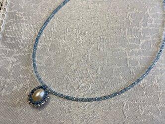 パールとアクアマリンとバタフライピーのブルー系ネックレスの画像