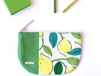 一点もの!デザイナーズ生地で作った北欧レモン柄の半月型ポーチ・本革使用(黄緑・若草色の帆布)の画像