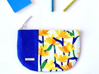一点もの!デザイナーズ生地で作ったタンポポ柄の半月型ポーチ・本革使用(濃い青色の帆布)の画像