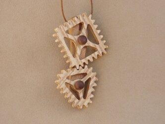 三角と四角の歯車のネックレスの画像