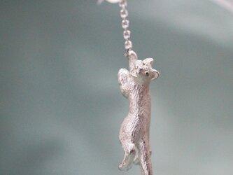 風船をつかまえた猫ピアス イヤリング(パール)片耳の画像