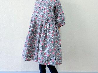 野の花*ゆったりギャザーワンピース*七分袖*コットンリネン*グレー×ピンクの画像