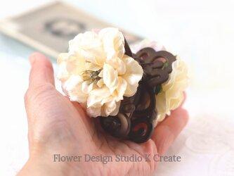 エクリュカラーの薔薇のバンスクリップ 髪飾り ヘアクリップ アイボリー バラ お出掛け フォーマルの画像