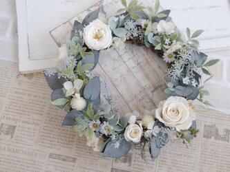 母の日に 白いバラのグレイッシュリースの画像