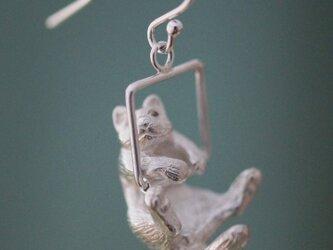 ブランコ猫ピアス イヤリング 片耳の画像