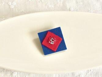 ビーズ編みのスクエアブローチ(赤とネイビー)の画像