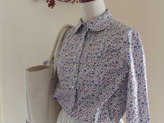 期間限定販売 小花柄丸衿シャツ   navyの画像