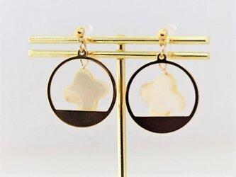 【ノンホールピアス】クロスカット白蝶貝とサークルデザイン枠・金の画像