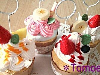 生クリームたっぷり!フルーツカップケーキのメモスタンドの画像