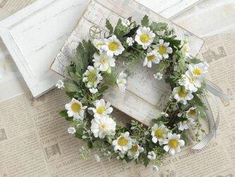 母の日に 白い小花のリースの画像