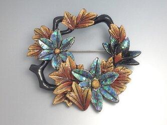 螺鈿と蒔絵の蔦花輪ブローチの画像