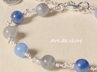 青いシラーの「ラブラドライト「」&「ブルークォーツ「」の天然石ブレスの画像