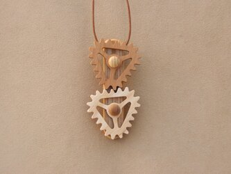 三角の歯車のネックレスの画像