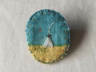 染色と刺しゅう 小さなブローチ 「tipi」の画像