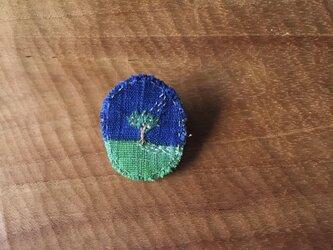 染色と刺しゅう 小さなブローチ 「小さな木」の画像