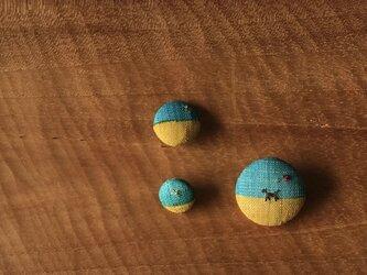 染色と刺しゅう 小さなブローチとくるみぼたん 「砂漠にて」の画像